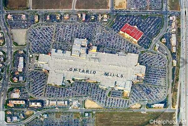 ロサンゼルスの西にある巨大な屋内型アウトレットモール  オンタリオ・ミルズ(Ontario_mills)の航空写真